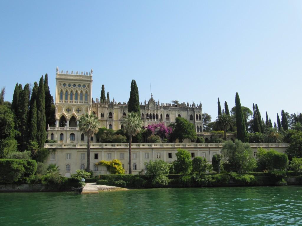 De villa ligt zeer fraai tegen de rug van een berg aan het Gardameer ...